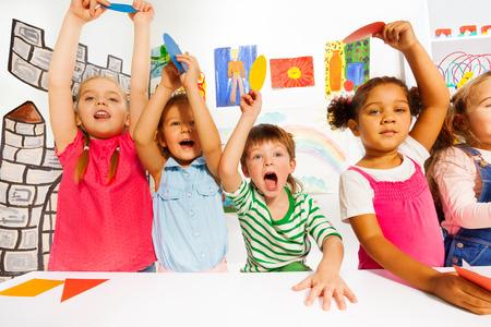Les enfants actifs dans la classe de maternelle