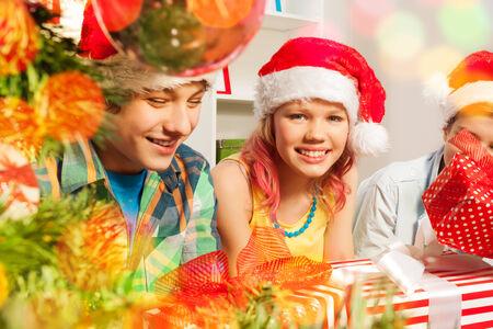 teen boys: Ragazzi adolescenti e ragazze in festa di Natale Archivio Fotografico