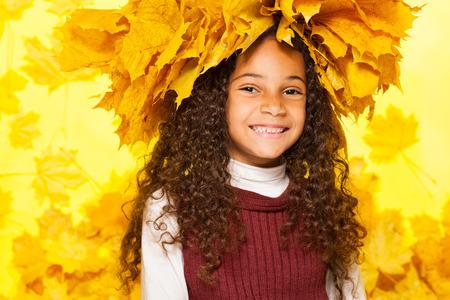 fille noire: Beauty portrait d'une jeune fille noire en �rable couronne