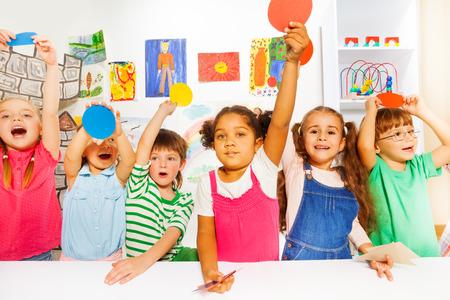 girotondo bambini: grande gruppo di tipi in classe di scuola materna