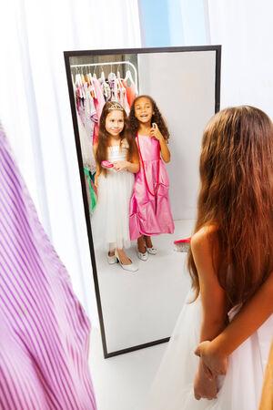 鏡のドレスと 2 人の少女