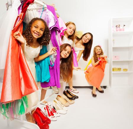 Ondergedoken meisjes tijdens het winkelen kleren kiezen