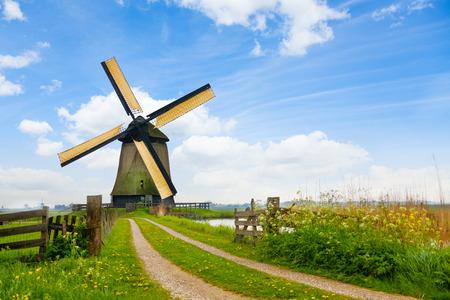 田舎道とオランダの風車