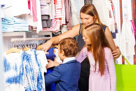ni�os de compras: Mujer con dos hijos juntos de compras