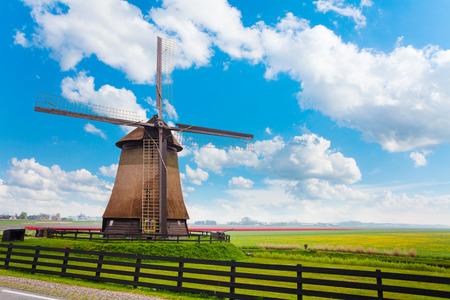 Molendjik Neterlands の草原を風車します。