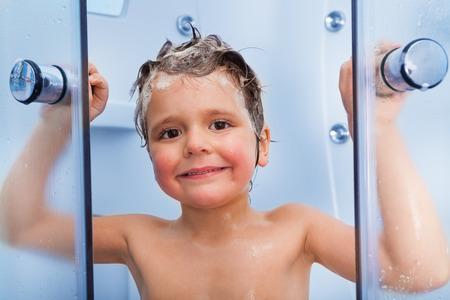 cabine de douche: Boy douche portrait avec le shampooing sur cheveux Banque d'images