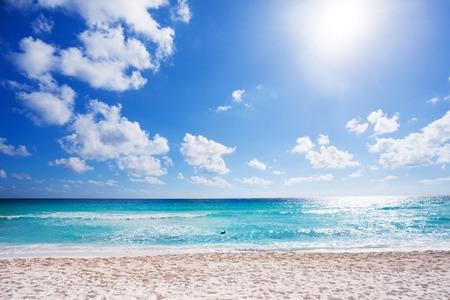 playas tropicales: Soleado playa con arena blanca de Cancún, México