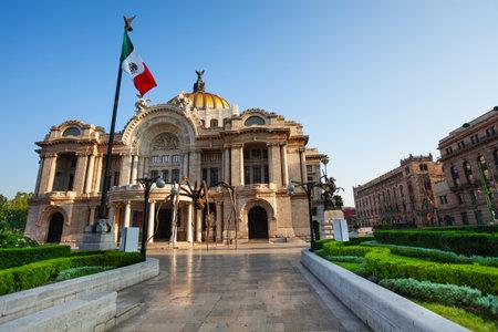 bandera de mexico: Palacio de bellas artes fachada y la bandera mexicana