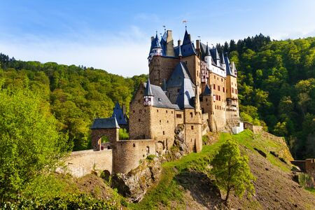 burg: Eltz castle gates and fortification side view