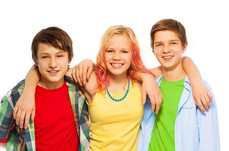 Groupe de trois adolescents heureux garçons et une fille câlin