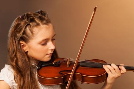 Half-face-Ansicht der schönen Mädchen spielt Geige Standard-Bild - 39965543