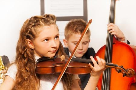 Jongen en meisje spelen muziekinstrumenten samen Stockfoto