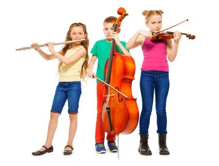 flauta: Niños jugando en los instrumentos musicales en conjunto Foto de archivo