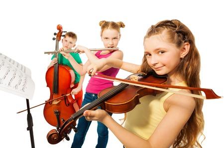 violines: Vista de primer plano de niños jugando instrumentos musicales
