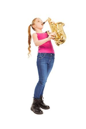 알토 색소폰을 잡고 연주하는 작은 소녀