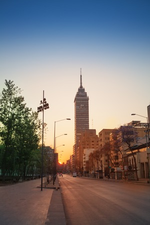 朝の陽光のフアレス通りを東へ表示します。