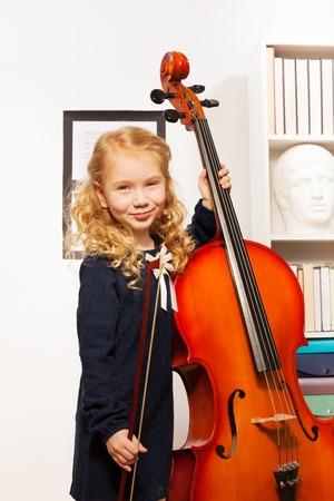 fiddlestick: Hermosa chica rizada con fiddlestick, violoncello Foto de archivo