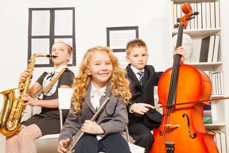 행복한 아이들이 악기를 함께 연주합니다.
