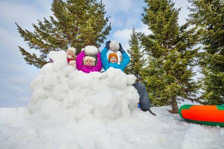 neve palle: Gruppo di bambini felici giocare gioco palle di neve insieme