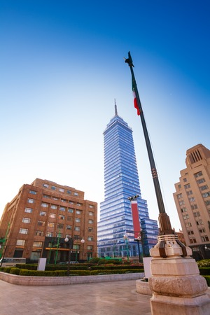 torre: Torre Latinoamericana and Mexican flag in capital