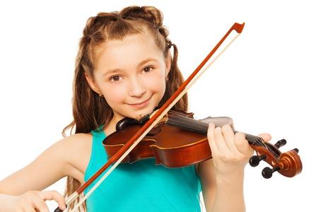 Hermosa chica con el pelo largo que juega en el violín