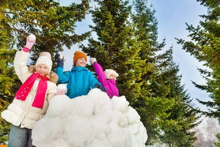 neve palle: Bambini felici che giocano a palle di neve gioco insieme