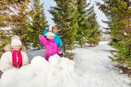 palle di neve: Le ragazze e ragazzo a giocare palle di neve gioco di lotta Archivio Fotografico