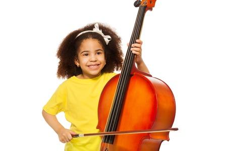 fiddlestick: Ni�a africana juega violoncello con fiddlestick Foto de archivo