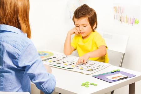 Jongen wijst dagactiviteiten kaarten Stockfoto