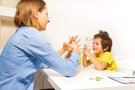 bambini: Boy esercizi che mettono le dita con terapista