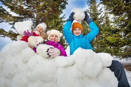palle di neve: Gruppo di bambini felici in possesso palle di neve per giocare