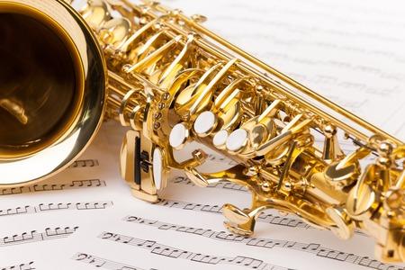 saxofon: Hermoso fragmento de oro saxofón alto de las notas musicales