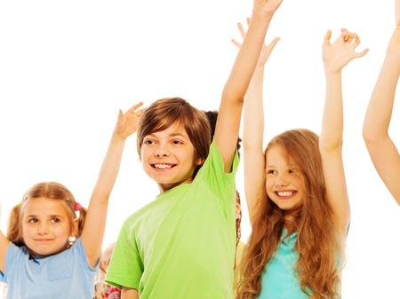 niños felices: Divertidos niños de 7 años de elevación manos