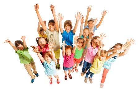 Grote groep diverse leerplichtige leeftijd kinderen jongens en meisjes staan samen op wit wordt geïsoleerd