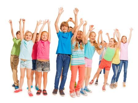 lift hands: Muchos ni�os felices de pie juntos y levantar las manos en el aire