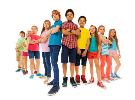 ni�os en la escuela: Grupo de ni�os que buscan dominar a los ni�os y ni�as de pie junto con las manos cerradas y mirar hacia abajo con confianza aislados en blanco