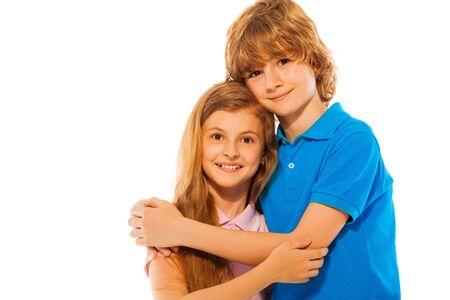 gemelos niÑo y niÑa: Niza preciosa dos hermanos gemelos niño y niña abrazo junto retrato en blanco