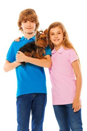 gemelos ni�o y ni�a: Dos hermanos de ni�o y una ni�a de pie junto con el peque�o perro lindo