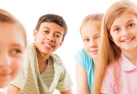 少女と白い背景の別の後に 1 つ素敵な笑みを浮かべて少年組成物のグループ