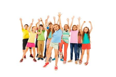 Große Gruppe von viele Kinder stehen zusammen wie eine Menschenmenge steigende Hände und vielfältige weiße und schwarze volle Höhe jubeln