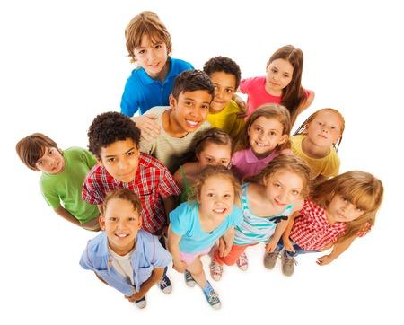Большая группа разнообразных детей мальчиков и девочек черно-белой счастливой улыбкой и смотреть вверх вид сверху