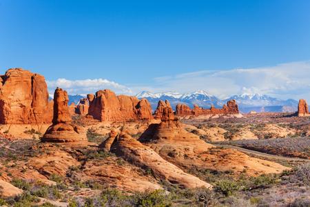 arcos de piedra: Arcos parque meseta y Mt Waas cerca de Parque Nacional Arches en EE.UU. durante el día soleado de verano Foto de archivo