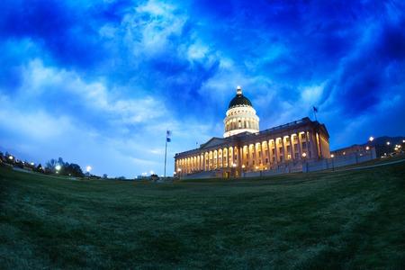 sal: Edificio del Capitolio de Utah durante la noche en Salt Lake City, EE.UU.