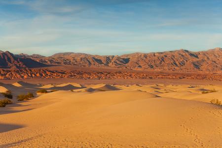 muerte: Panorama del valle de la muerte de California con dunas de arena y montañas en el fondo Foto de archivo