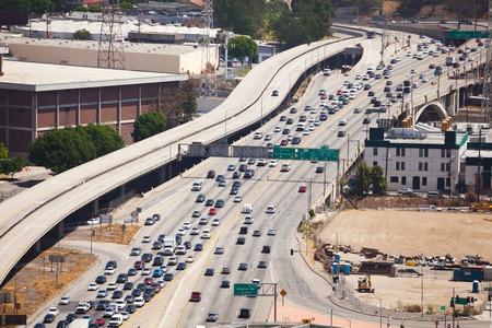 交通: 夏の晴れた日、米国中にロサンゼルス市では、道路の交通の上から表示します。