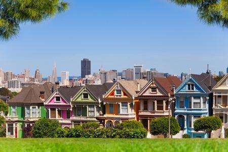 case colorate: San Francisco e dipinte le donne dal parco di Alamo con i rami degli alberi di pino