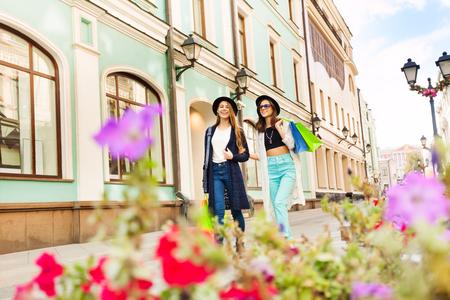 젊은 여성은 쇼핑과 여름 낮 시간 동안 유럽을 여행하는 동안 가방을 운반