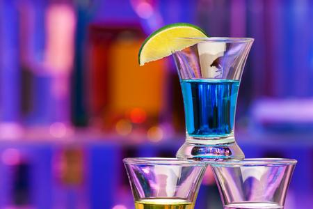 Close-up fotografia della bevanda bicchiere spirito con la calce nel bar
