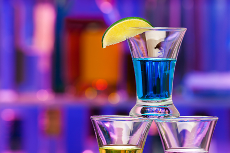 Close-up photograph of the shot sprit drink glass with lime in the bar Imagens - 50521616