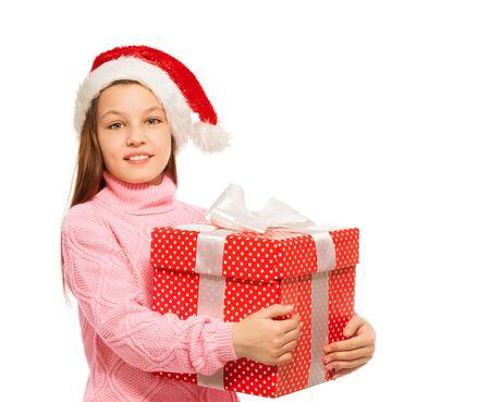 lunares rojos: Hermosa chica con grandes lunares rojos caja de regalo de Navidad con la cinta blanca de pie aislado en blanco